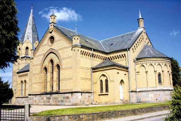 Tyrstrup Kirke i Christiansfeld er stor som en domkirke. Alligevel er den fuld hver juleaften. (Foto fra Tyrstrup Kirkes hjemmeside.)
